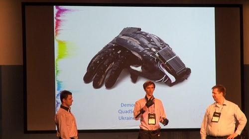 モーションセンサー内蔵の手袋で手話を通訳