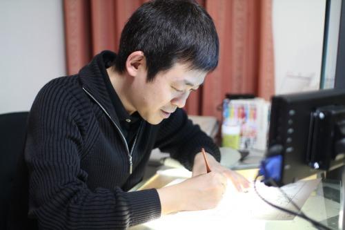 ペン入れをする赤松健さん