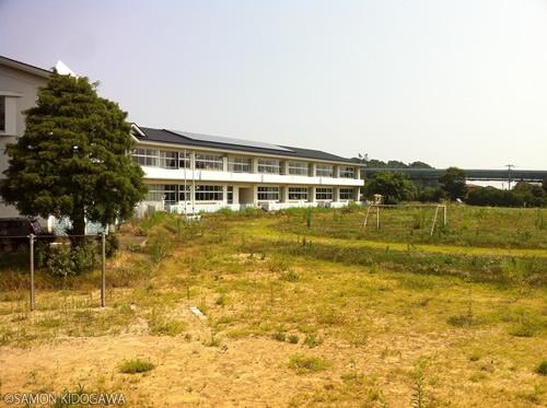 浪江町立大堀小学校 校庭は草で覆われていた