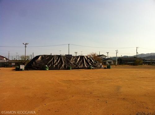 富岡第二中学校:校庭は仮置き場となっていた