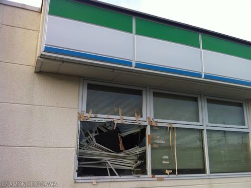 窓が割られている