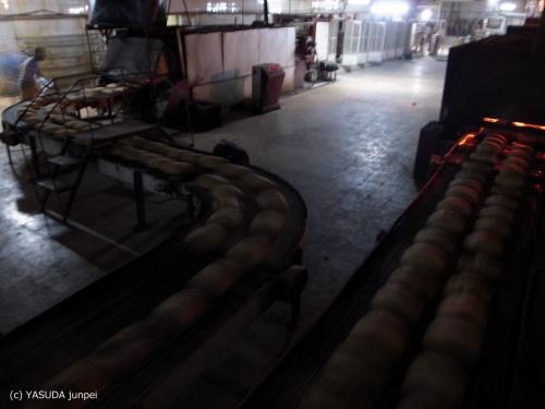 シリア反政府側の自治組織が運営するパン工場。砲撃で死者が出たことから夜間にひっそりと操業している=2012年7月6日
