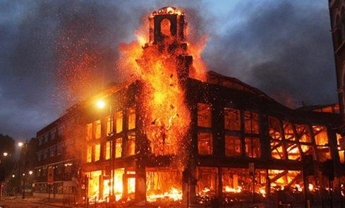 炎上し暴徒が叫ぶ、故郷イギリスの今