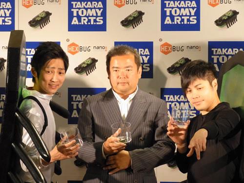 NONSTYLEの2人とタカラトミーアーツ代表取締役社長・佐藤慶太氏