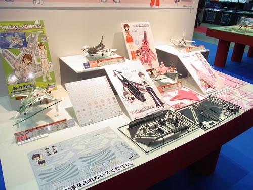 ハセガワが出展した人気ゲーム『アイドルマスター(アイマス)』のキャラクターのカラーリングを施した戦闘機のプラモデル