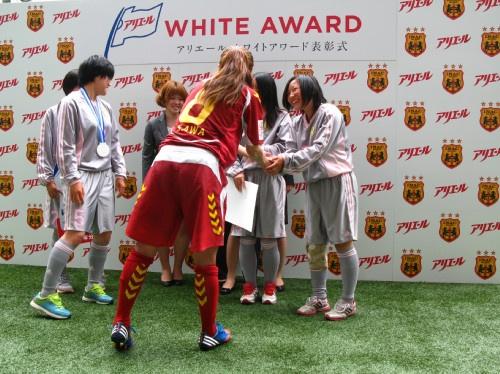 澤選手と握手を交わす受賞選手たち