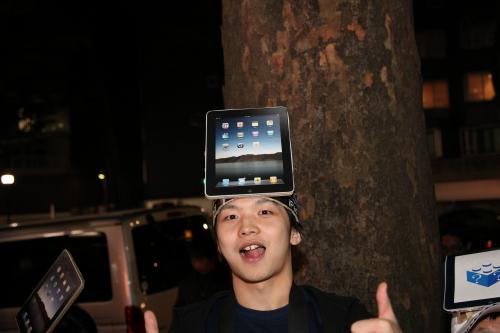 iPadのお面をつけた集団 ギズモード?