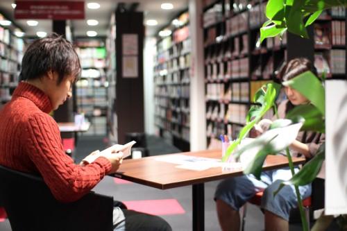 オープンスペースで本に集中する
