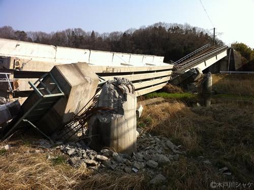 大野~双葉を結ぶ橋桁が震災の影響で崩落していた