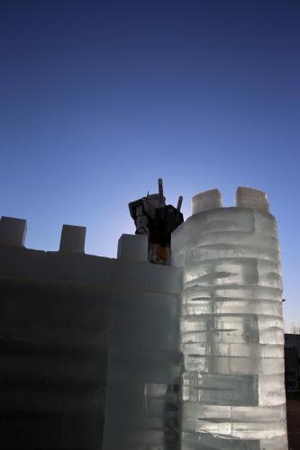 氷の城とガンダム立像