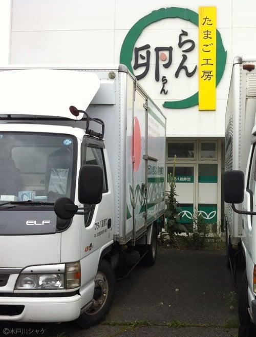 トラック背後には2メートルを超える巨体も/富岡町新夜ノ森