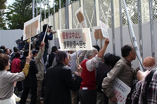 抗議する市民