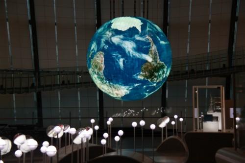 有機ELパネルにリニューアルしたシンボル展示『Geo-Cosmos』