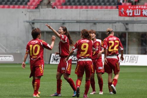 得点を喜ぶINAC神戸の選手
