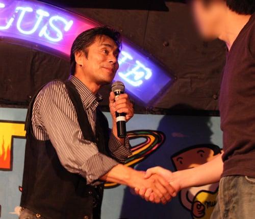 握手する大葉氏