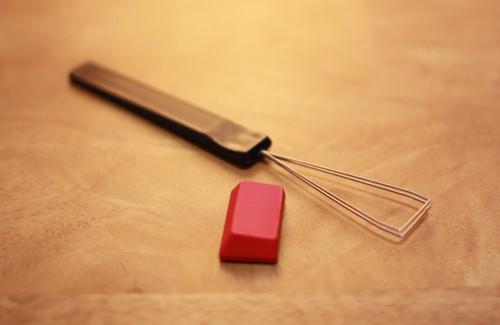 紅いキートップが封筒から転がりだしてきた