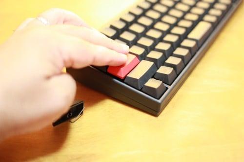 紅いキートップをはめこむ