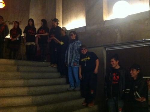 階段に並ぶ出演者たち