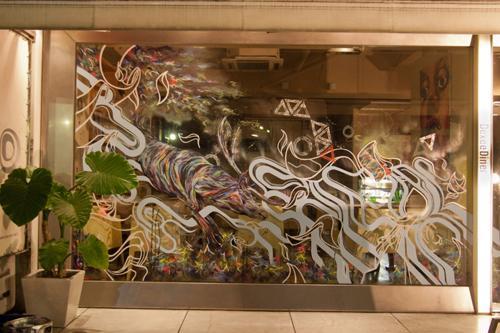 ブックカフェDexee Diner渋谷店に異変! アート過ぎる落書きに店長困惑