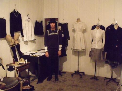 上野航さんと『着る絵画』展の作品群