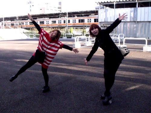 中野駅北口広場でのNIRGILISの二人