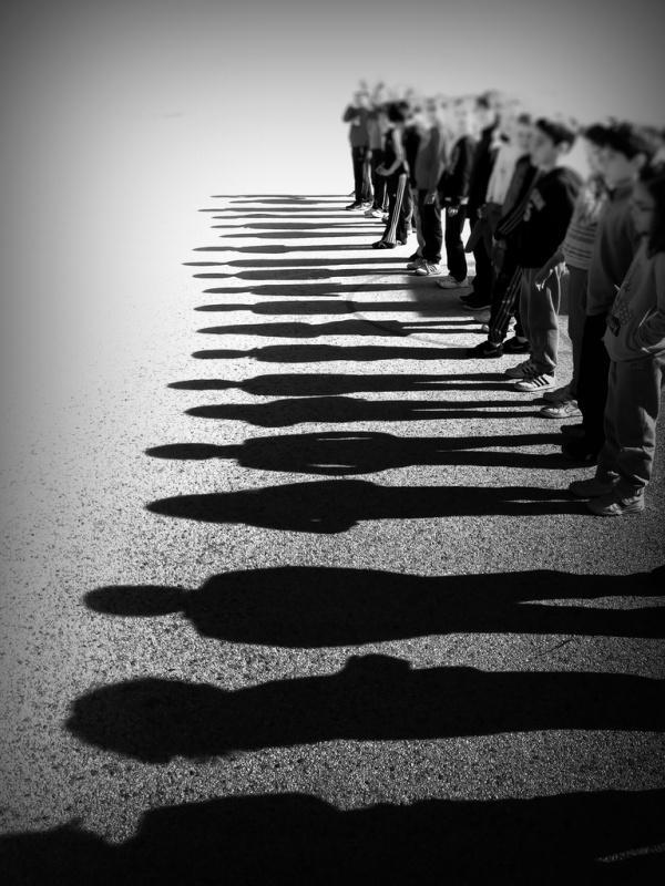 人は集まると単純になる? 群衆心理の4法則
