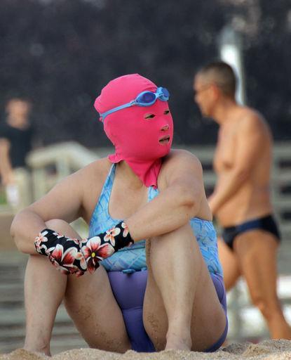 中国の海水浴場に大量のマスクマンが発生!?