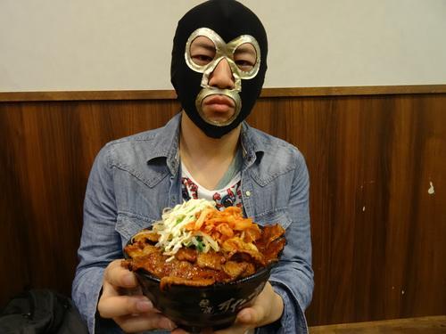 ウシジマ丼を食べる横山緑