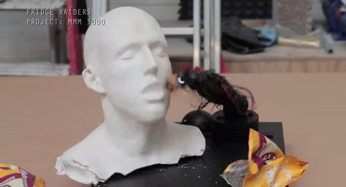 お菓子を食べさせてくれるロボット