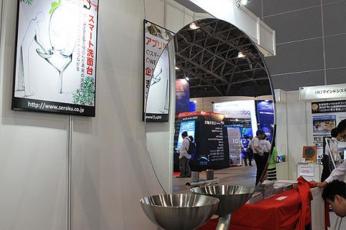 Interop Tokyo 2012:デジタルサイネージジャパンにてセラクがAndroidを搭載した鏡付き洗面台「スマート洗面台」を出展