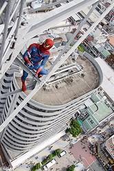 スパイダーマンが地上75メートルの通天閣をクライミング