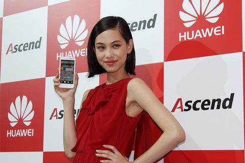 【CEATEC JAPAN 2012】ファーウェイブース、ドコモ向けスマホ「Ascend HW-01E」のテレビCMキャラクターに水原希子を起用する発表会を開催