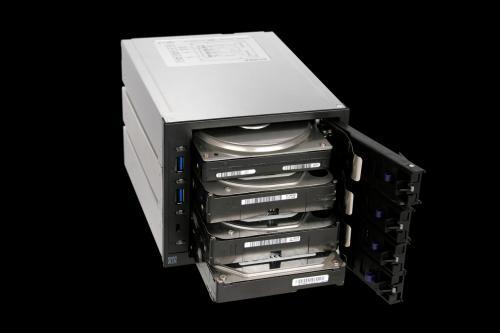 RAIDマシンに最適! 5インチベイに4台までHDDが搭載できるリムーバブルゲージ