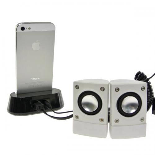 スピーカーも接続できる iPhone5向けオーディオ出力付充電スタンド