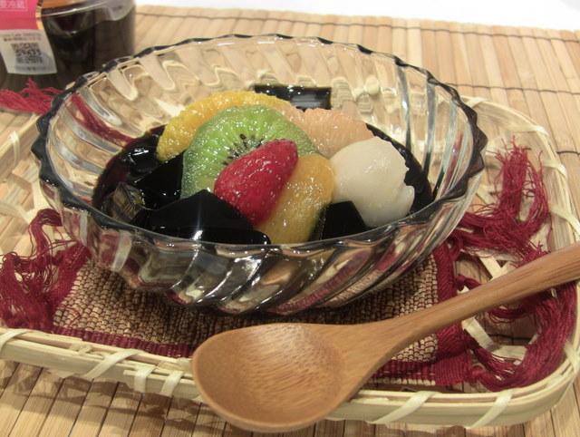 ローソン「UchiCaféSWEETS」の新作、「フルーツと薬草ゼリーのスイーツ」350円(税込) 2011年7月5日(火)~7月11日(月)に期間・数量限定で販売される。