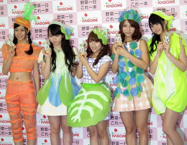 AKB野菜シスターズの(左から)阿部マリアさん(研究生)、峯岸みなみさん、高橋みなみさん、高城亜樹さん、前田亜美さん