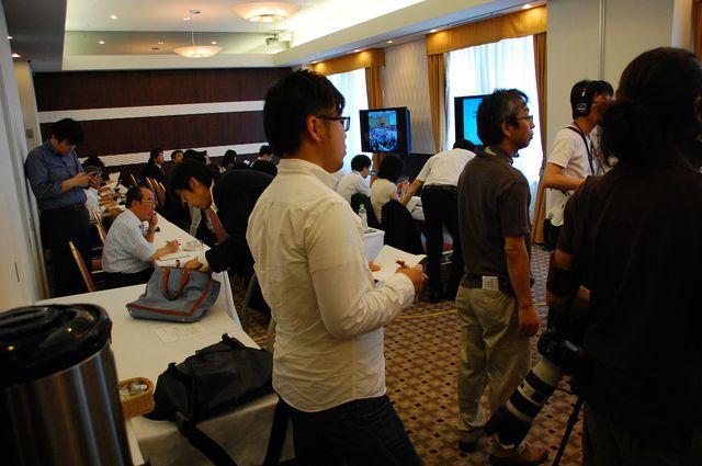 北電が用意したホテルの「プレスルーム」で株主総会の中継モニターを視聴する記者たち。記者クラブに加盟していない記者は、この部屋にとどまることを許されなかった。