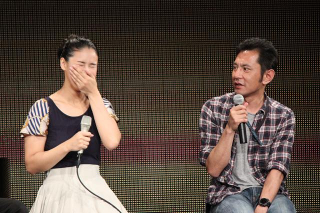 手嶌葵さん(左)のライブ会場に駆けつけた宮崎監督(右)