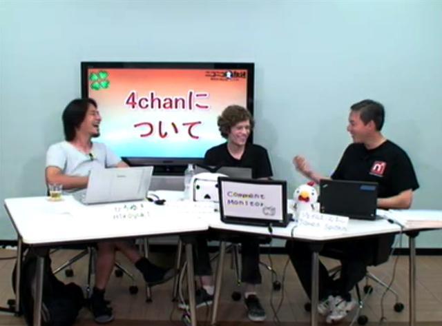 4chanの創設者ムート(写真・中央)