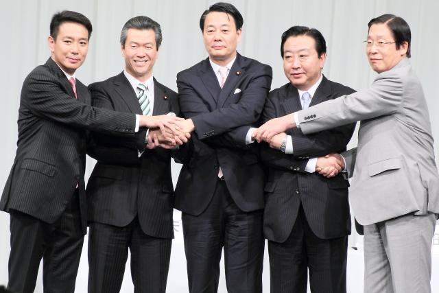 民主党の「代表選挙候補者討論会」で握手を交わす候補者たち