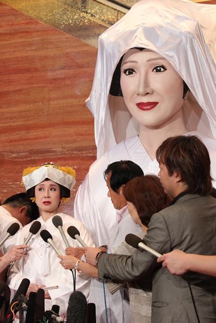 「メガ幸子」前で結婚報告をする小林幸子さん