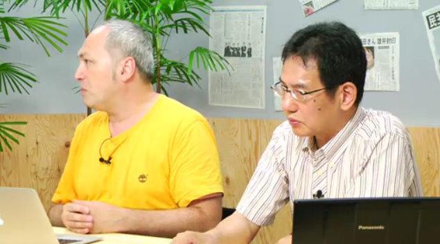 ジャーナリストのモーリー・ロバートソン氏(左)と段躍中氏