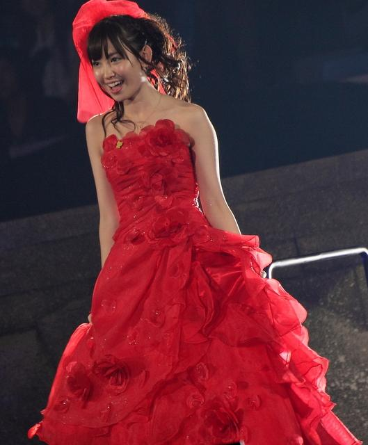 真紅のドレスをまとった小嶋陽菜