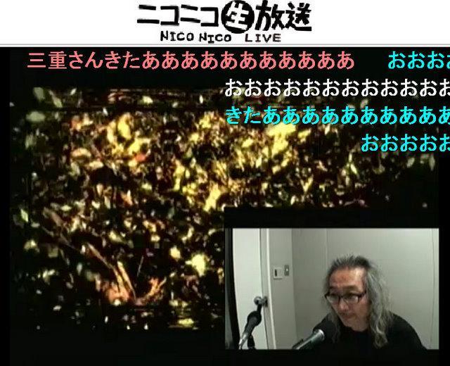 「三重の人」の作品を見ながらコメントするデジタルハリウッド大学学長の杉山知之氏