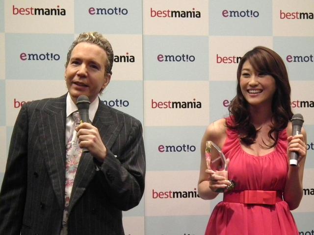 「Bestmania」記者発表イベントには、テレビプロデューサーのデーブ・スペクターさんと女優の原幹恵さんが登場、テレビ・新聞・インターネットなど約50メディアが駆けつけた