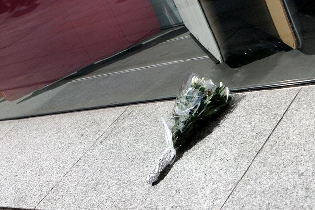 AppleStore銀座前に置かれた花