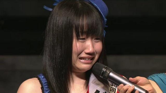 喜びで泣き崩れる田所あずささん(17歳)