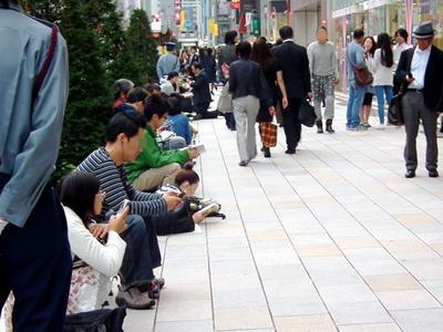 iPhone4Sを購入しようとアップルストア銀座前にできた行列