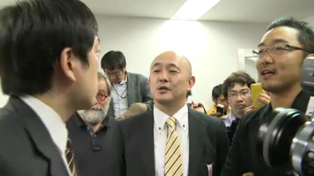 読売新聞の記者(左)に詰め寄る岩上安身氏(中央)と上杉隆氏(右)