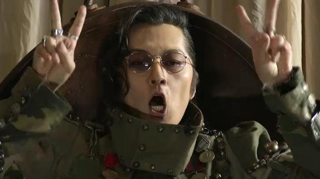 「ニコ! ニコ!」という決めポーズ? をする石井竜也さん